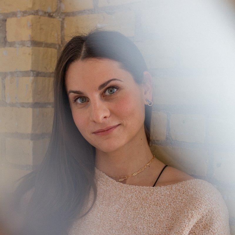 image of Jess Rometti, yoga teacher at healing elements